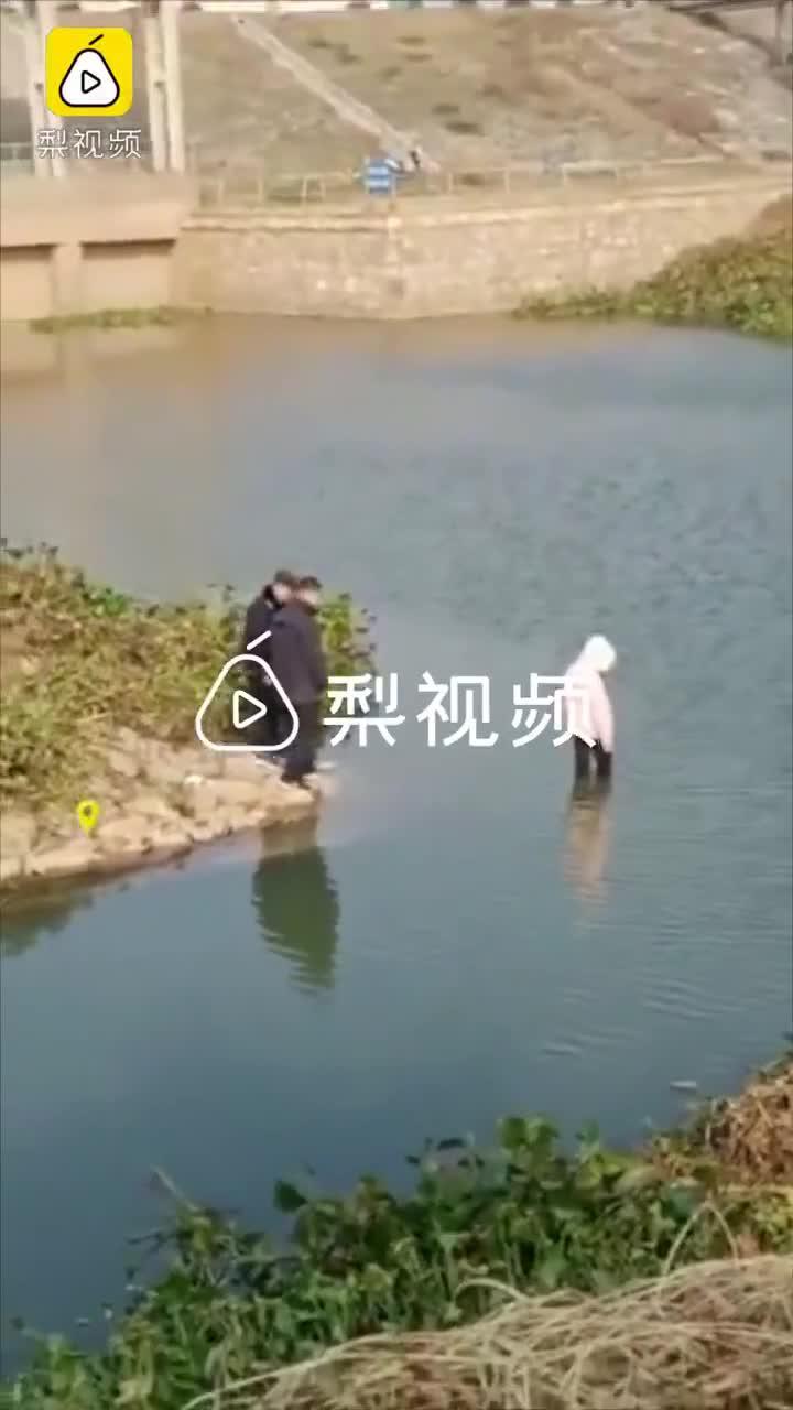实探安徽跳河身亡女孩事发地:水底为斜坡,深两三米