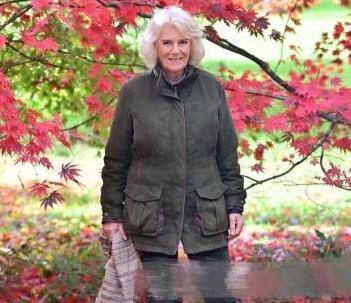 卡米拉走访植物园,老旧棉袄加猎靴和时尚绝缘,73岁状态出奇的好