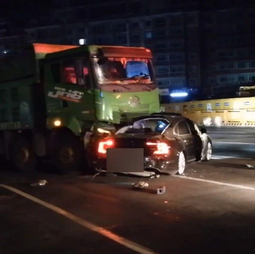 哈尔滨一货车拦腰撞上一辆轿车,驾驶员当场遇难!