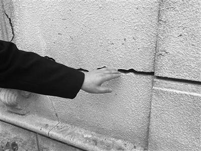 墙体开裂渗水 装饰条频脱落