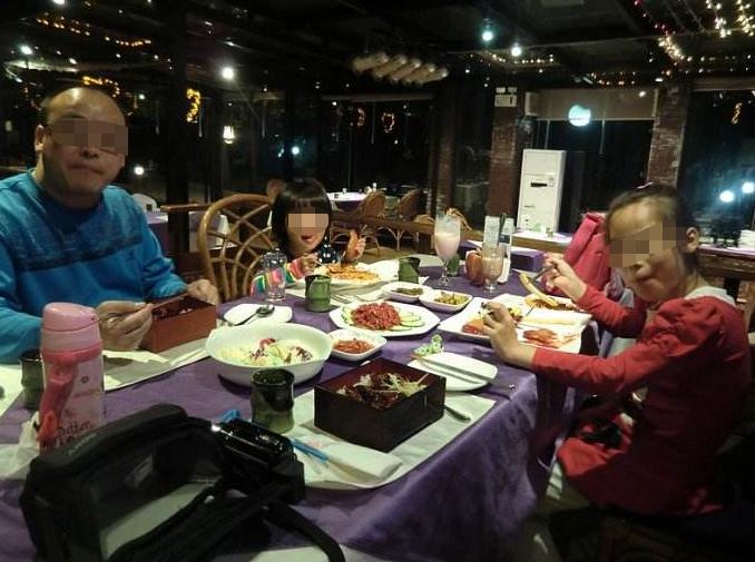 带孩子吃自助餐,儿子将吃不完菜推到隔壁桌,妈妈的举动让人点赞