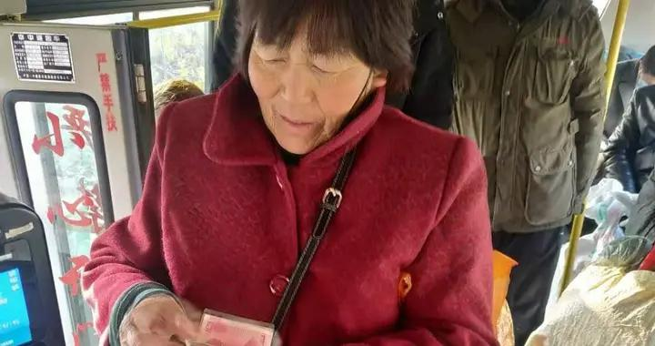临沂王大姐把1万多现金丢在了公交车上,之后事情发展让人意想不到