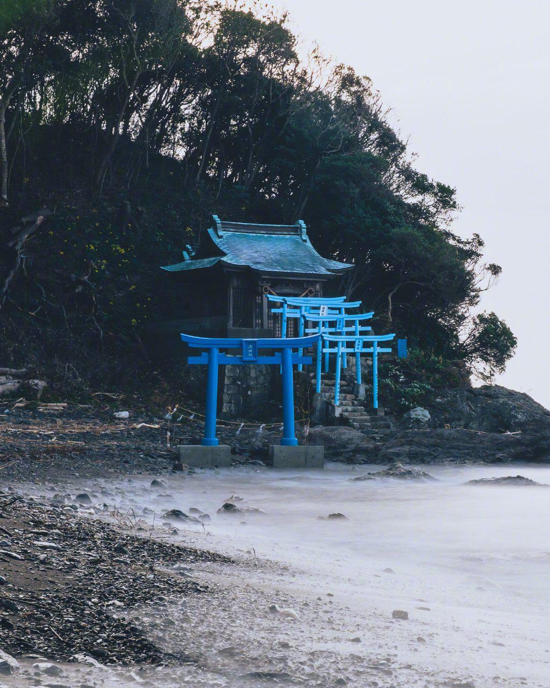 日本网友age_cox在宫崎县延冈市港神社拍到的鸟居……