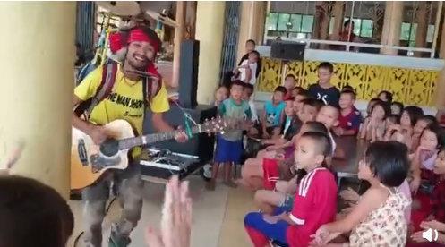 泰国街头艺人为一群小孩子演奏歌谣……