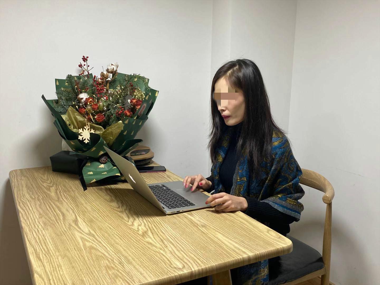 12月8日,吳思琪整理事發以來的錄音材料。 新京報記者肖薇薇攝