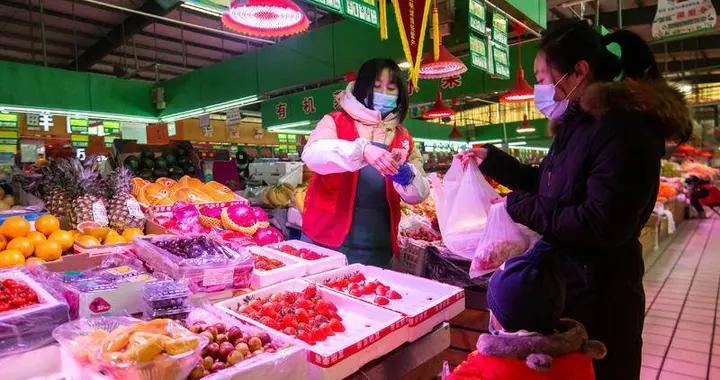 """青岛头茬本地草莓抢""""鲜""""上市每斤45元!你实现""""草莓自由""""了吗?"""