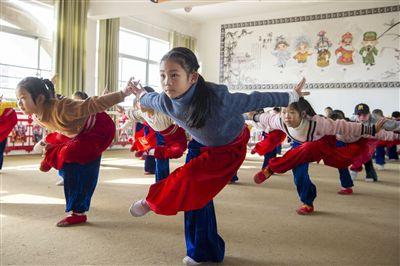 海安城东镇西场小学教授孩子们京剧课程