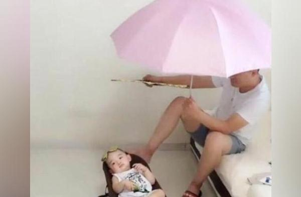 爸爸出差回来,被妈妈安排照看宝宝,父子俩相处的画面把妈妈笑翻