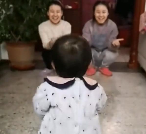 妈妈和小姨是双胞胎,同时张开怀抱后,宝宝的反应让人笑喷了