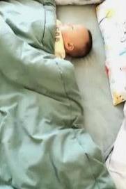宝宝睡觉还给妈妈留了位置,妈妈感动,掀开被子一看,哭笑不得