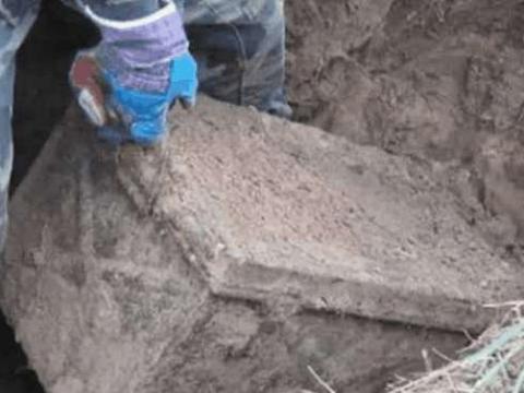 男子寻宝挖到一锈迹斑斑铁箱子, 没想到打开后是这些好东西