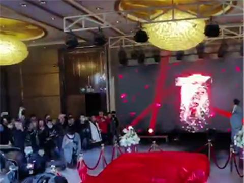 法兰红拉法在武汉首秀,车价8位数,虽是三手车,但仍遭围观
