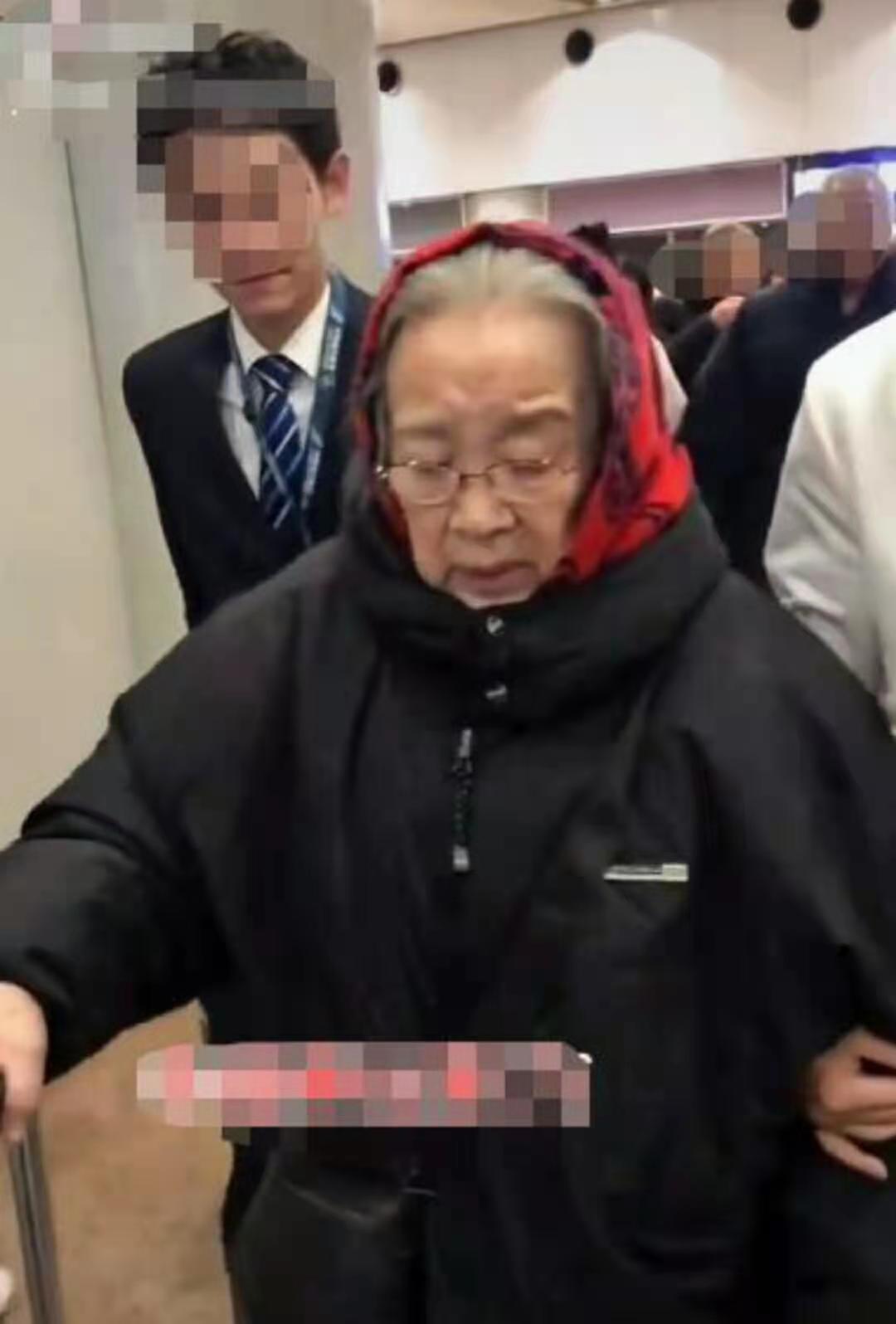 """84岁""""容嬷嬷""""李明启近况,一脸疲惫走路直喘气,被搀扶引担忧"""