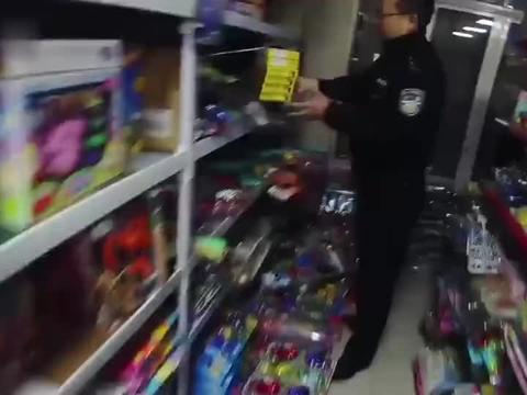 一家玩具店查获69支仿真枪
