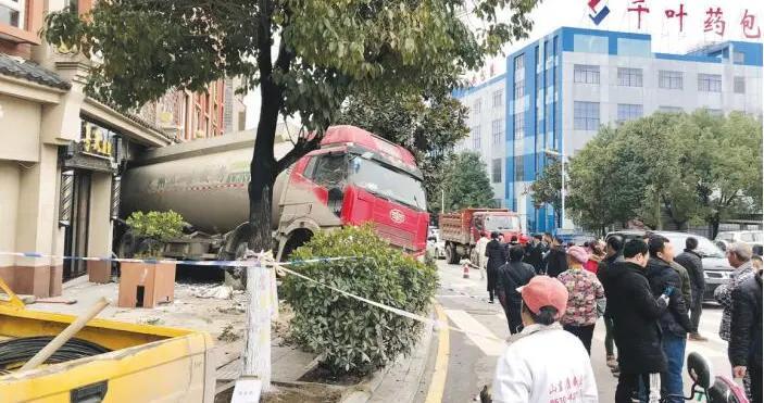 """贵阳乌当一大货车""""溜""""进路边门面 幸无人员伤亡"""