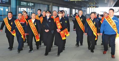郑太高铁山西段建设受表彰的先进单位和个人代表,他们是郑太高铁开通的有功之臣。 本报记者刘通摄