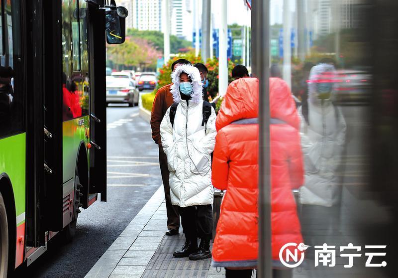 冷空气来袭,市民穿上了厚厚的衣服。记者潘浩摄