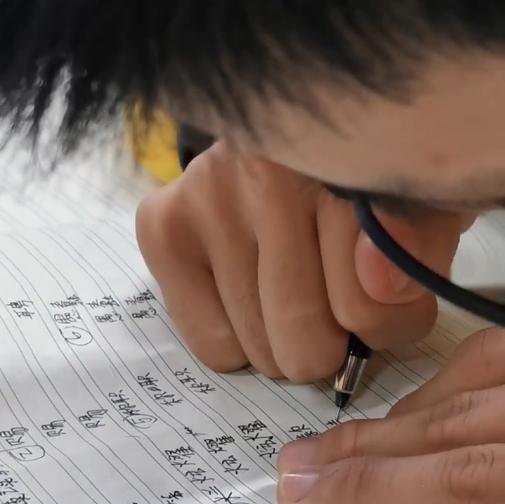 初一脑瘫男孩期中考试712.5分全班第1!妈妈称是半个奇迹,贵在专注