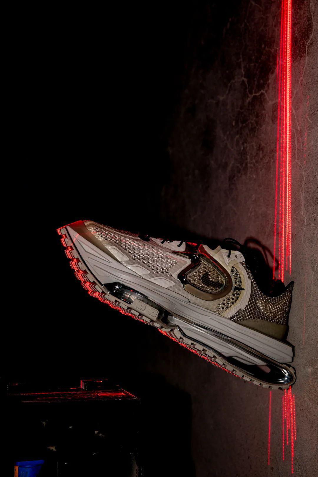 年初于纽约时装周 Nike 秀场上首次曝光的 Nike Zoom MMW 4…………