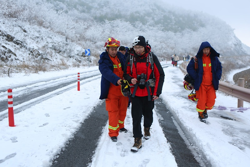 义乌摄影爱好者雪天登东白山被困 消防员徒步搜救