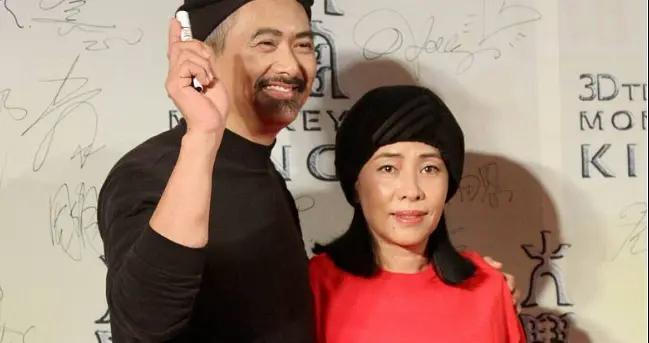 周润发携妻陈荟莲亮相,一身黑打扮甘做绿叶,妻子红黑配时尚减龄
