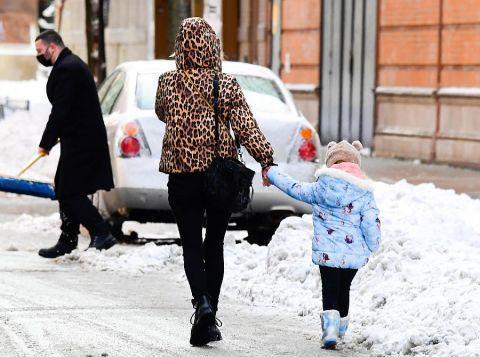 妮基·希尔顿穿豹纹连帽装搭配细腿裤很俏丽,小女儿呆萌又可爱!
