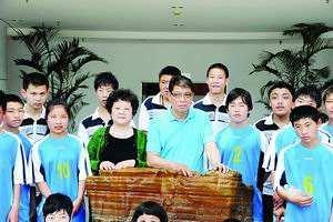 主持人之外的柏万青还是球迷名誉会长,徐根宝迷妹,曾在球场调解