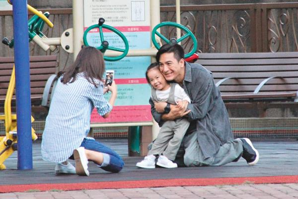 """马国明新戏变超级奶爸 与岑丽香陪""""女儿""""玩耍跪地拍照"""