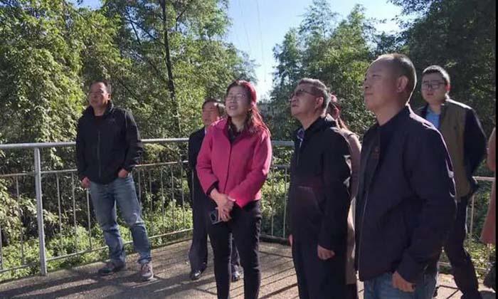 丽江市调研组到华坪县巡河并调研水源地保护工作