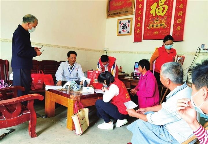 医务人员持续开展下乡服务  为贫困户免费体检