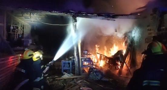 湘西一锯木加工厂着火,现场水源短缺木材密集,消防员鏖战1小时才扑灭