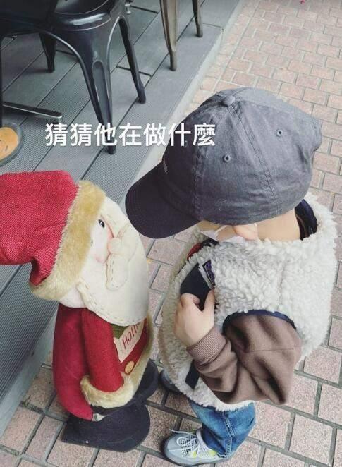 王棠云一家四口首次同框过圣诞,妹妹熟睡模样清秀,余文乐忙工作