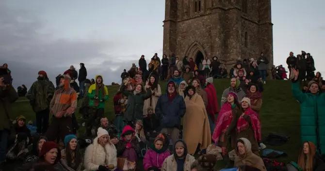 最黑暗的一天:大批英国民众聚集在格拉斯顿伯里山丘上,看日落