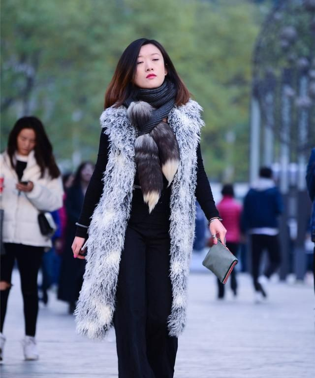 长无袖仿皮草大衣,搭配高跟短靴好精致,时髦又显高