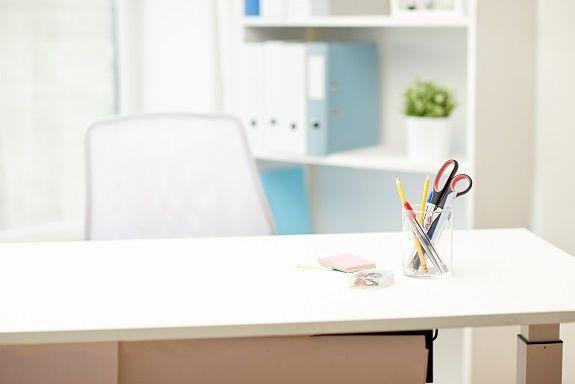 心疼女孩柜台下写作业 不如给她一张书桌