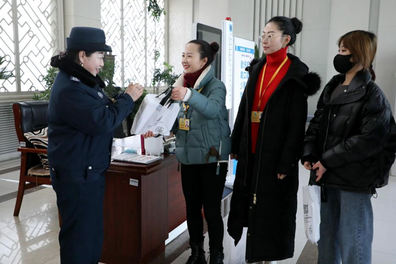宁夏职业技术学院学子制作棉袜为教职员工送温暖