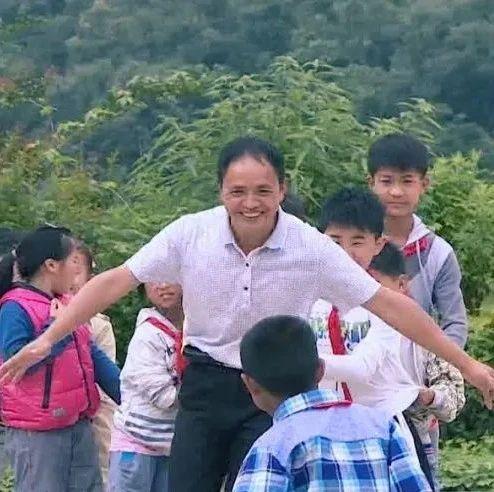 """""""以前我们这个村是麻风村,没有人敢来当老师"""",后来,他来了……"""