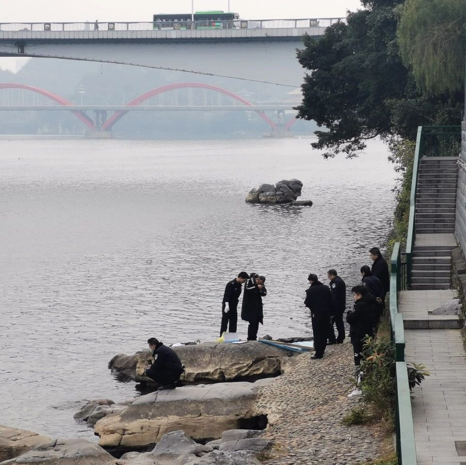 """柳江大桥附近漂浮""""黑衣男"""",市民发现立马报警"""