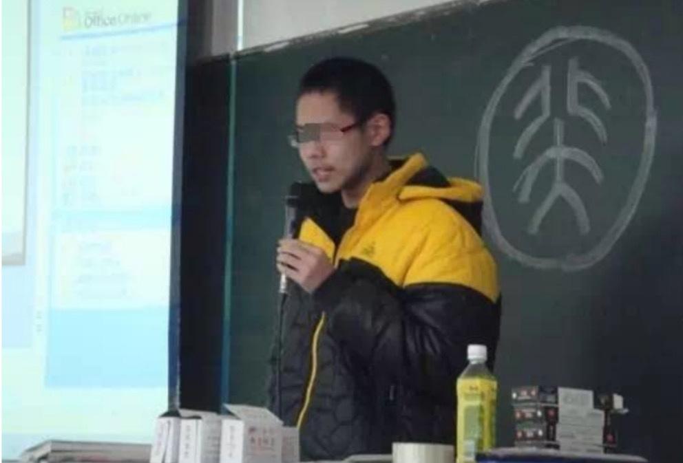"""北大学子弑母案:""""双面""""吴谢宇图片"""
