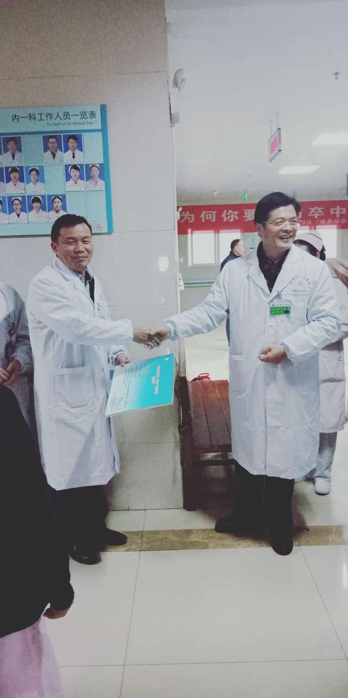 圖中右側為張銀平。來源:彭澤縣人民醫院官方微信公眾號