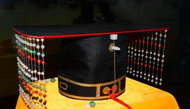 皇帝帽檐上的门帘有什么作用?并非装饰品,其实里面大有学问