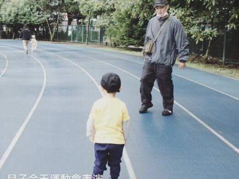 余文乐儿子运动会几乎不动,吓到了朝妈妈哭,王棠云感动的泛泪!