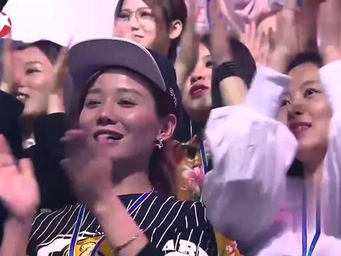 王龙挑战白凯南成功晋级,徐英子热泪盈眶,观众起身祝贺!