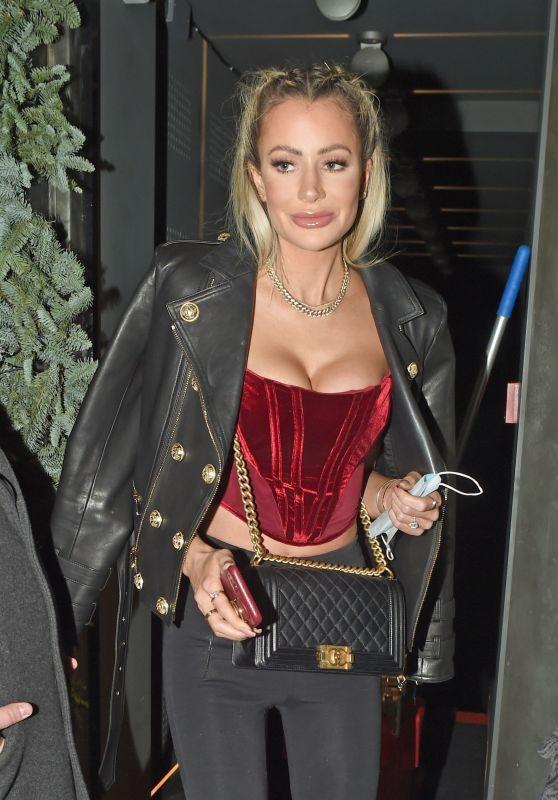 奥利维亚·阿特伍德穿黑色外套气场强大,身材高挑魅力十足