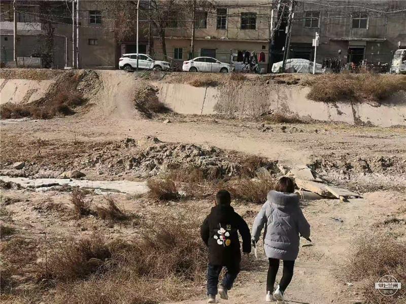 记者帮丨这座排洪沟桥存在安全隐患被封堵 小沟坪学生上学路上很不方便