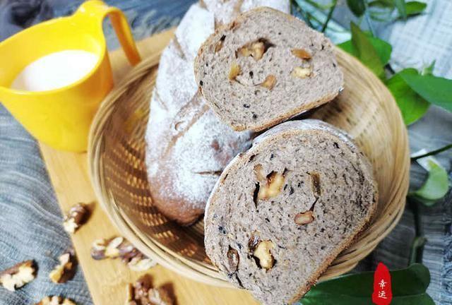 香蕉全麦核桃面包,是一款食材丰富松软可口,营养价值高的面包