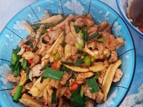 这菜是我从小到大都喜欢的家常菜,跟蒜苗一起炒,鲜香味美又下饭