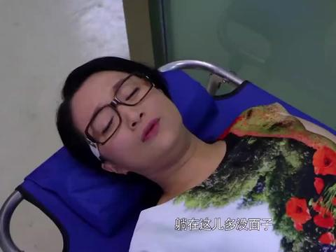 母亲要做手术却没床位,一家三口就赖医院,医院无奈只好安排床位
