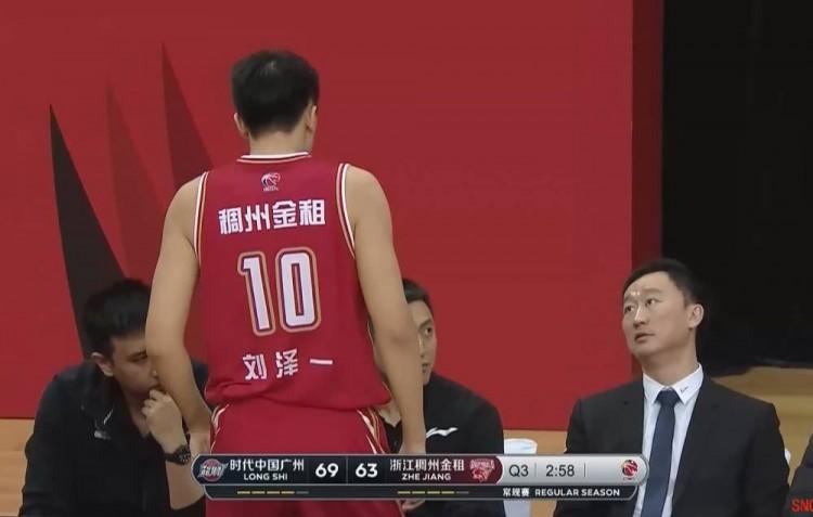 刘泽一空篮不进 主教练怒批:你干啥玩意儿?篮都上不进?