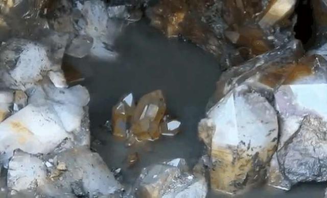 男子采石发现一个矿山,挖出石头冲洗干净后竟得知这是宝贝